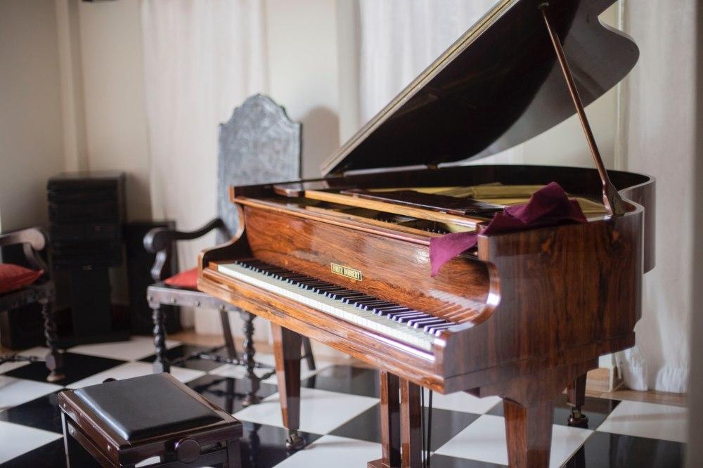 Otvoren klavir koji se nalazi u kući