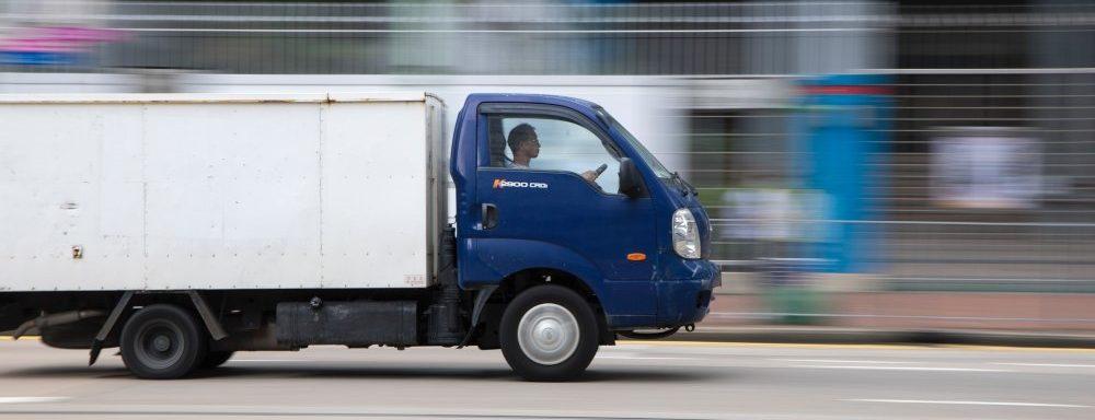 Fotografija plavog kamiona u toku vožnje