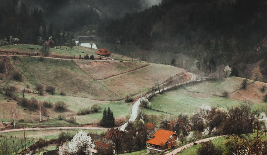 Pejzaž na planini sa kućama
