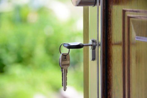 prikaz ključa u bravi ulaznih vrata braon boje