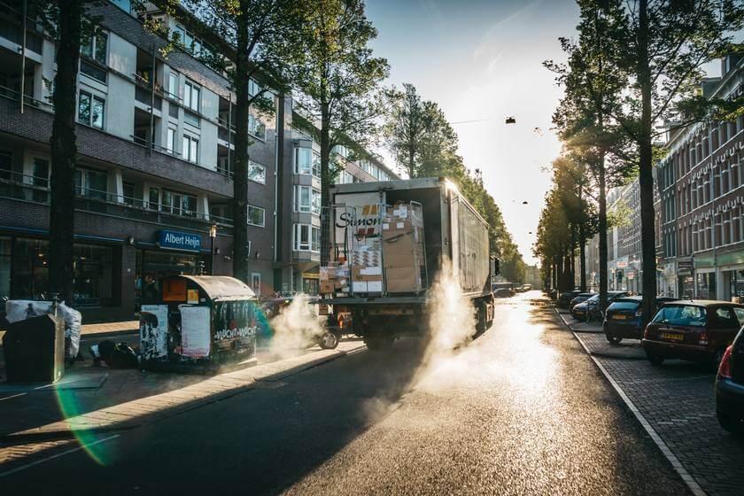 Kamion za selidbe na ulici u brzini sa robom u utovarnom delu