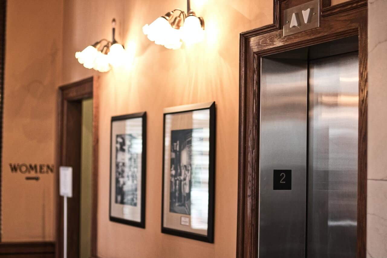 prikaz lifta iz hodnika zgrade